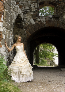 this-woman-had-no-trouble-finding-discount-wedding-dresses-in-fact-she-found-the-perfect-wedding-dress-by-dunikowski.jpg